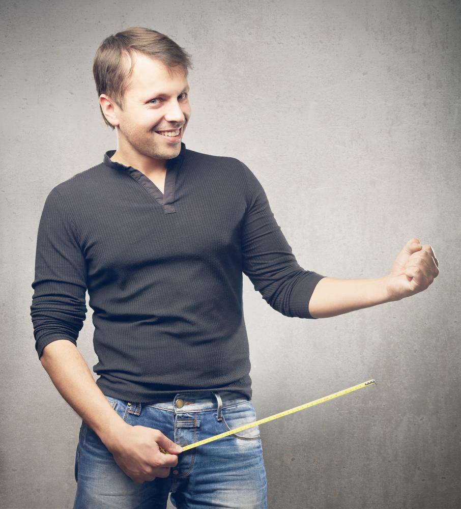 Større penis? Bilde av mann som måler penis